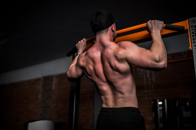 compound pull up oefening